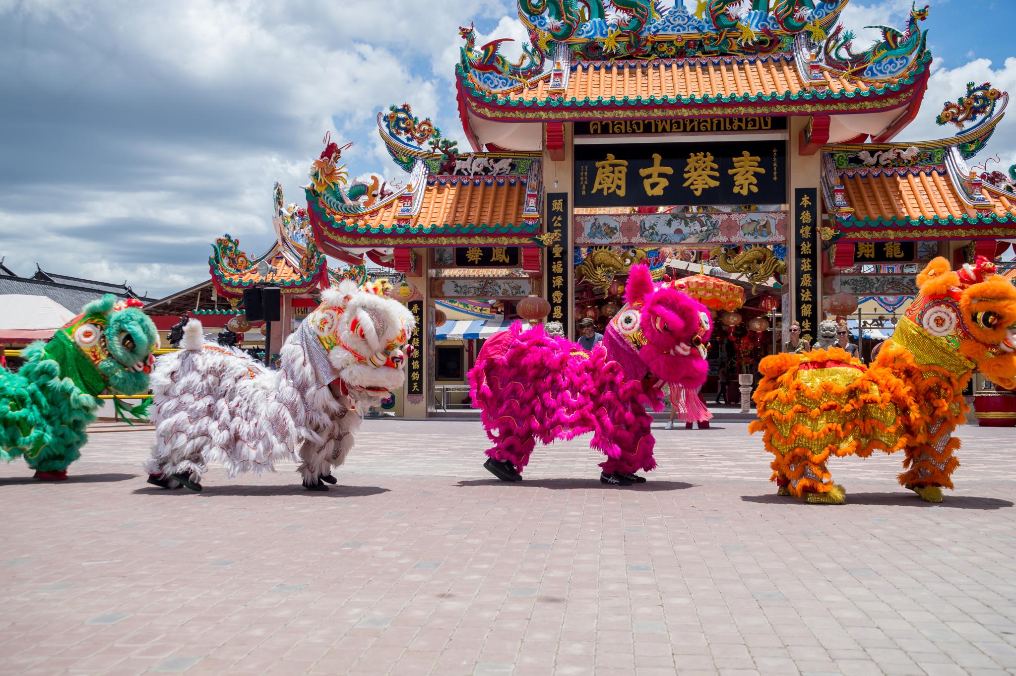 Chińskie smoki podczas pokazowego tańca.